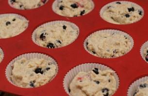 Кексы со смородиной на кефире - фото шаг 4