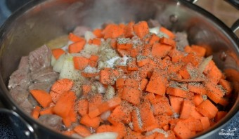 Говядина тушеная с овощами - фото шаг 3