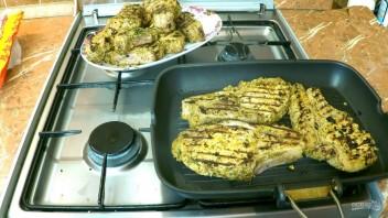 Мясо на косточке (обжаренное и запечённое)  - фото шаг 4