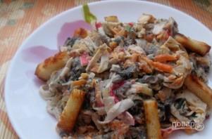 Салат с жареными крабовыми палочками и грибами - фото шаг 4
