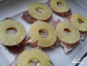 Мясо с ананасом и сыром в духовке - фото шаг 3