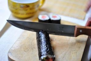 Суши с семгой и огурцом - фото шаг 8