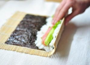 Суши с семгой и огурцом - фото шаг 5