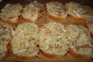 Бутерброды с колбасой на сковороде - фото шаг 2