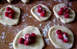 Пирожки из замороженной вишни - фото шаг 10