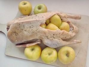 Утка, фаршированная клюквой и яблоками - фото шаг 3