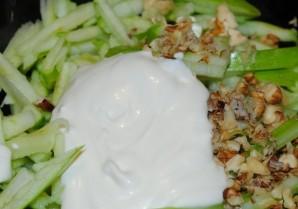 Салат из сельдерея с орехами - фото шаг 4