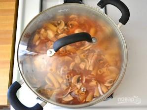 Макароны с сосисками и грибами в томатном соусе - фото шаг 7
