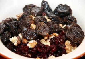 Салат из свеклы, чернослива и грецкого ореха - фото шаг 4