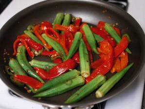 Окра с жареным красным перцем - фото шаг 7
