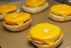 Бутерброды с ананасом и сыром - фото шаг 7