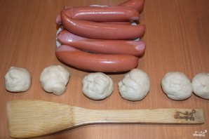 Сосиски в тесте из дрожжевого теста - фото шаг 4
