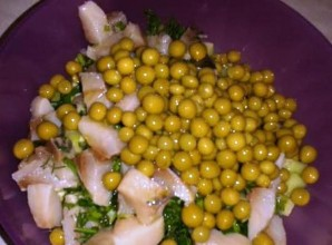 Простой салат с горошком консервированным - фото шаг 4