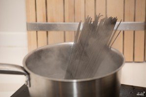 Спагетти с чернилами каракатицы и морепродуктами - фото шаг 2