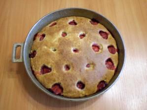 Клубничный пирог на кефире - фото шаг 8