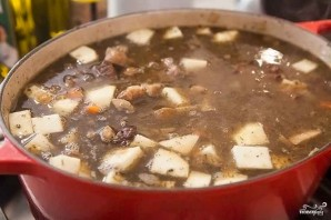 Тушеная картошка с мясом и грибами - фото шаг 5