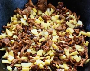 Лисички с картошкой в казане - фото шаг 7