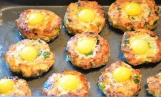 Котлеты в духовке с яйцом - фото шаг 7