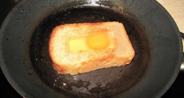 Бутерброд с яйцом на сковороде - фото шаг 3