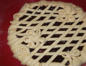 Пирог на дрожжах с вареньем - фото шаг 7