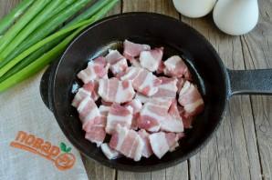 Лодочки с беконом, яйцом и сыром - фото шаг 2