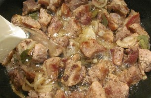 Свинина кусочками на сковороде - фото шаг 7