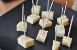 Канапе с сыром и оливками - фото шаг 1