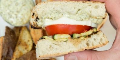 Бутерброды с кабачком и помидором - фото шаг 4