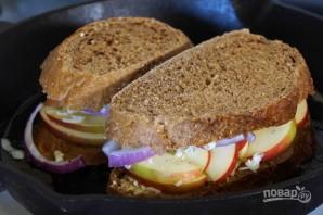 Сэндвич с сыром, яблоком и луком - фото шаг 2