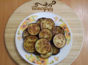 Баклажаны жареные с помидорами и луком - фото шаг 7