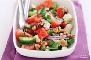 Греческий салат с орехами - фото шаг 8