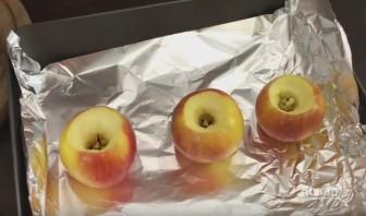 Запеченные яблоки с орехами и изюмом - фото шаг 2