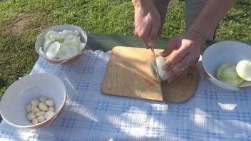 Свиная корейка с луком в казане - фото шаг 3