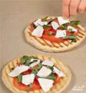 Пицца с помидорами и моцареллой - фото шаг 6