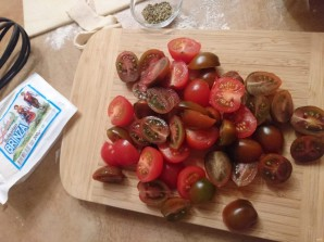 Слойки с брынзой и помидорами - фото шаг 1