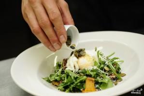 Салат с жареными лисичками - фото шаг 7