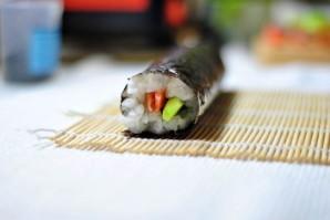 Суши с семгой и огурцом - фото шаг 7