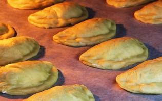 Дрожжевые пирожки с творогом - фото шаг 11