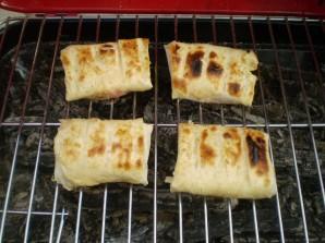 Лаваш с сыром и помидорами на костре - фото шаг 6