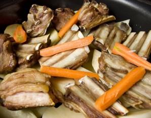 Тушеные ребрышки с картошкой - фото шаг 6