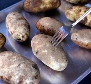 Картошка в фольге в мультиварке - фото шаг 2