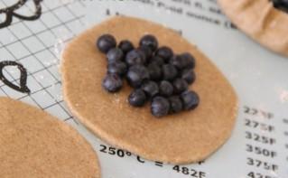 Пирожки с черникой из пресного теста - фото шаг 3
