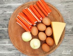 Слоеный салат с крабовыми палочками - фото шаг 1