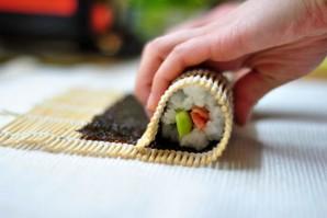 Суши с семгой и огурцом - фото шаг 6