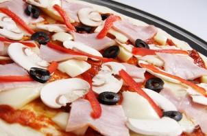 Пицца в духовке (тесто как в пиццерии) - фото шаг 6