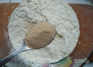 Дрожжевое тесто с творогом в духовке - фото шаг 1
