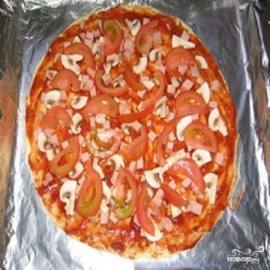 Пицца с помидорами и колбасой - фото шаг 2