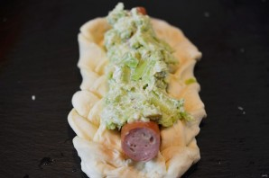 Плетеные хот-доги с гуакамоле - фото шаг 5