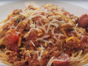 Спагетти с фаршем и колбасой под томатным соусом - фото шаг 10