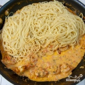 Спагетти с креветками в сливочно-томатном соусе - фото шаг 7